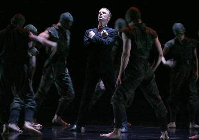 Michael Tsunovic surrounded by dancers in Paul Taylor's Banquet of Vultures
