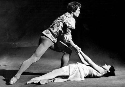Rudoph Nureyev and Margot Fonteyn in a Romeo and Juliet scene